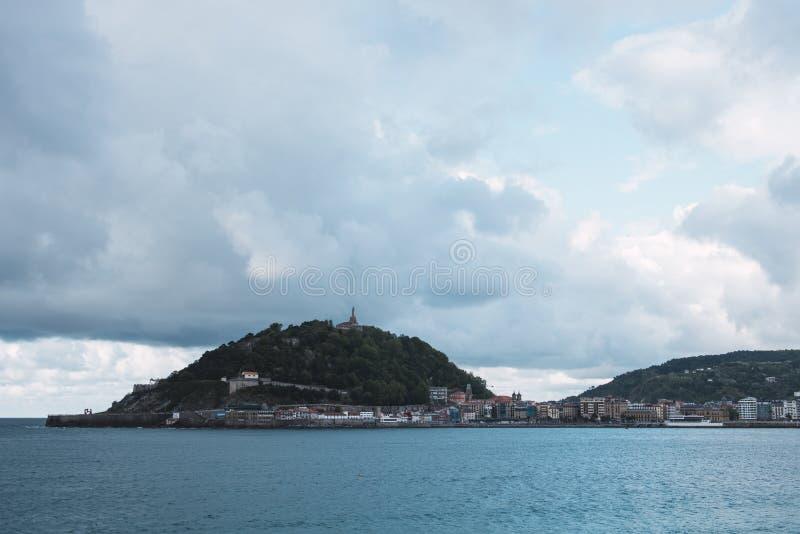 Vues de la baie de San Sebastian, bâti Igueldo et Santa Clara Island photographie stock libre de droits