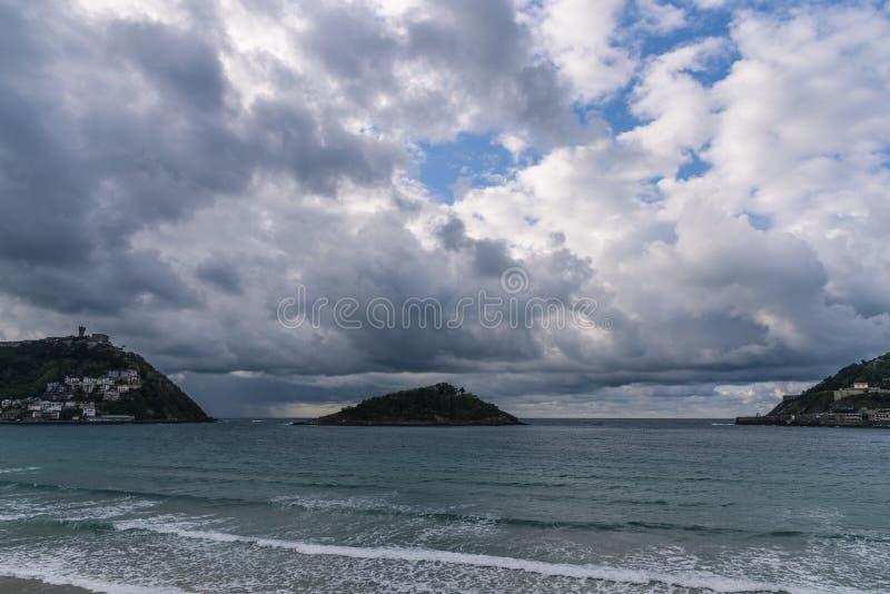 Vues de la baie de San Sebastian, bâti Igueldo et Santa Clara Island images libres de droits
