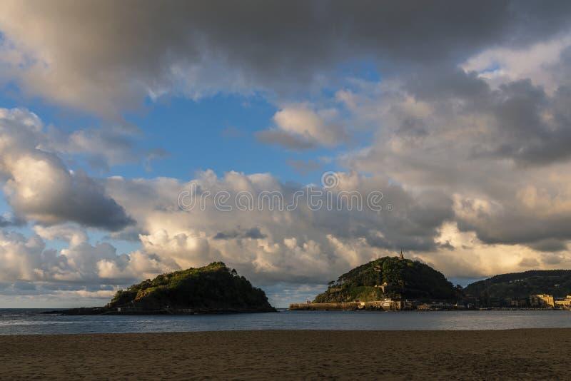 Vues de la baie de San Sebastian, bâti Urgull et Santa Clara Island image stock