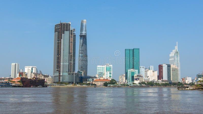 Vues de la ville de la rivière de Saigon photographie stock libre de droits