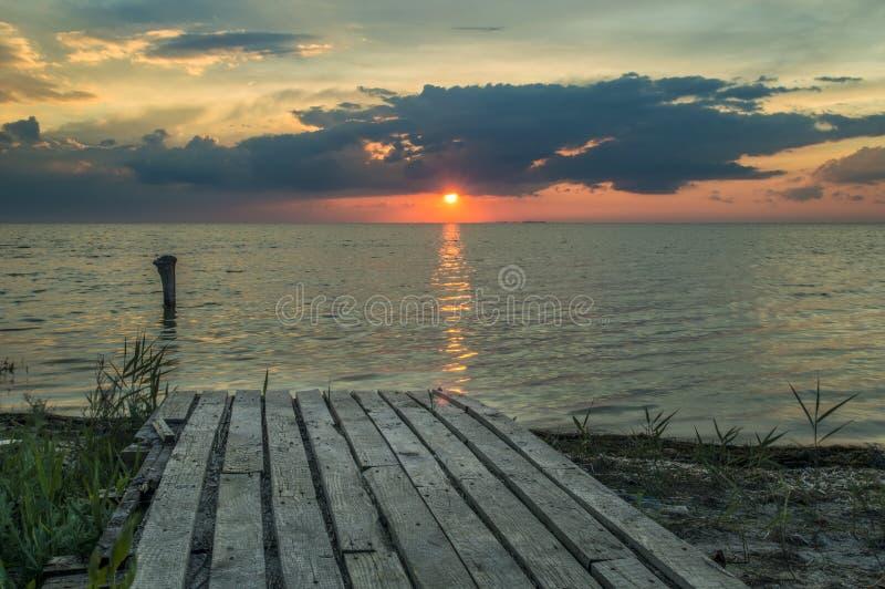 Vues de mer, passage couvert en bois à arroser photographie stock libre de droits