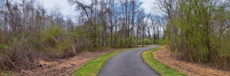 Vues de nature et de voies le long de Shelby Bottoms Greenway et des traînées naturelles de façade de la rivière Cumberland de se image stock