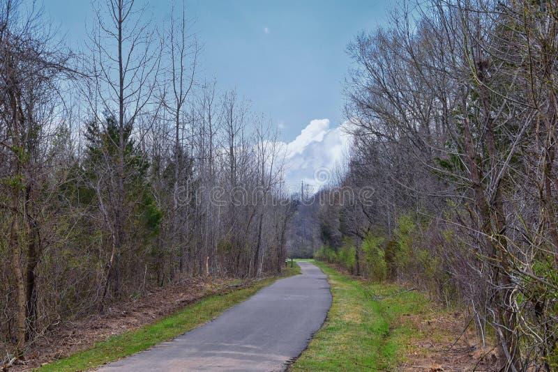 Vues de nature et de voies le long de Shelby Bottoms Greenway et des tra?n?es naturelles de fa?ade de la rivi?re Cumberland de se photographie stock