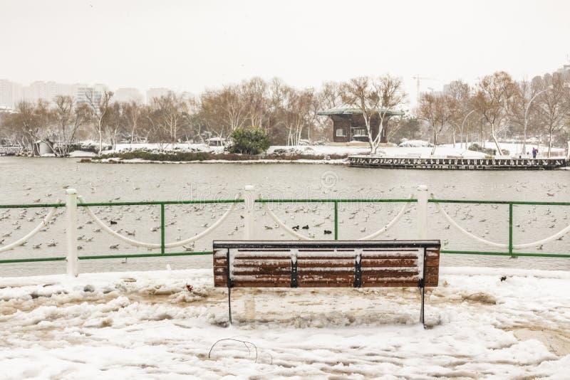 Vues de neige et de ville de secteur de bahcesehir à Istanbul images stock