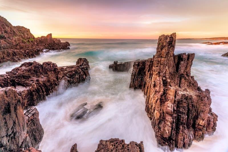 Vues de pile de mer et écoulements d'océan stupéfiant le lever de soleil photo libre de droits