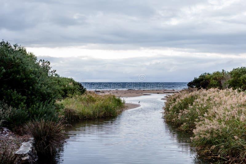 Vues de plage chez Ulverstone Tasmanie images stock