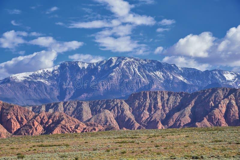 Vues de r?gion sauvage de montagne et de parc d'?tat rouges de canyon de neige de la tra?n?e et du Washington Hollow de Millcreek photos libres de droits