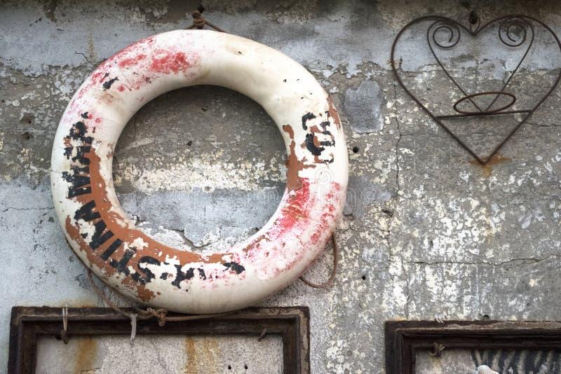 Vues de Rusty Textured Old Wall With et une balise de vie de sécurité images stock