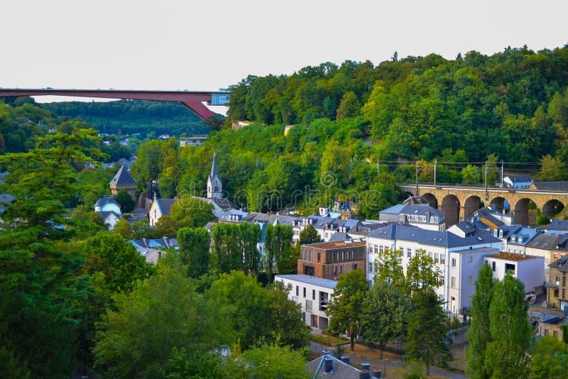 Vues de vieille ville de la ville du Luxembourg, Luxembourg, avec des maisons et beaucoup d'arbres verts, et un pont au fond image stock