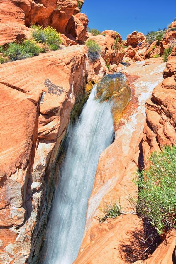 Vues des cascades aux automnes de r?servoir de parc d'?tat de Gunlock, dans le Gunlock, l'Utah par St George Ressort coul? au-des photo stock