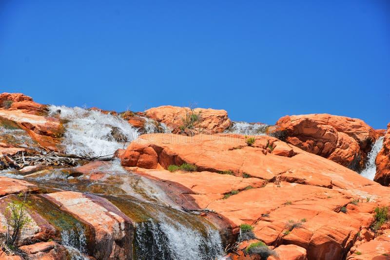 Vues des cascades aux automnes de r?servoir de parc d'?tat de Gunlock, dans le Gunlock, l'Utah par St George Ressort coul? au-des photographie stock libre de droits
