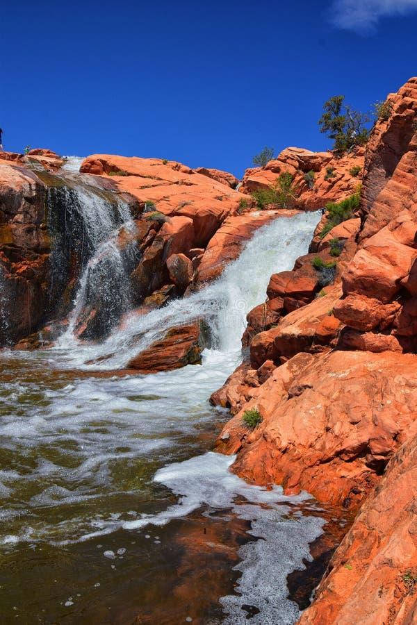 Vues des cascades aux automnes de r?servoir de parc d'?tat de Gunlock, dans le Gunlock, l'Utah par St George Ressort coul? au-des image libre de droits