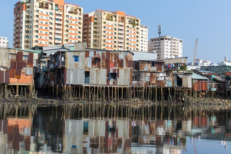 Vues des taudis de la ville de la rivière de Saigon photos libres de droits