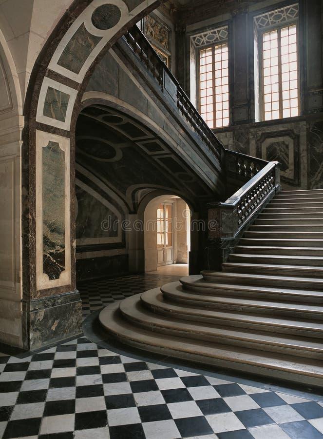 Vues du plus de bas niveau des escaliers de la reine au palais de Versailles image libre de droits