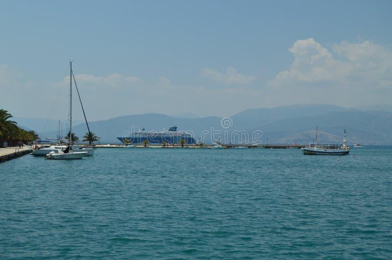 Vues du port dans Nafplio avec des bateaux de pêche amarrés et une croisière ancré au fond Architecture, voyage, Landscap photographie stock