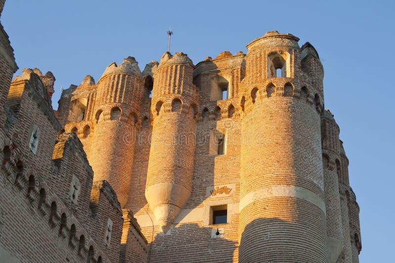 Vues extérieures au coucher du soleil d'un jour ensoleillé d'une tour du château du coca images stock
