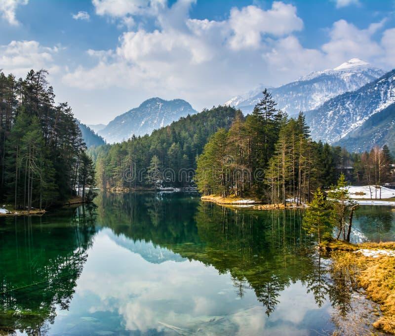 Vues fantastiques du lac tranquille avec la réflexion étonnante MOIS image stock