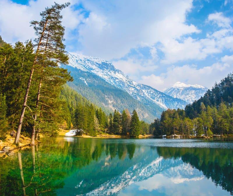 Vues fantastiques du lac tranquille avec la réflexion étonnante MOIS photographie stock libre de droits