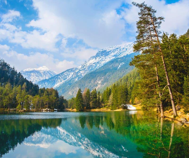 Vues fantastiques du lac tranquille avec la réflexion étonnante MOIS photos libres de droits
