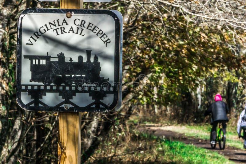 Vues le long de traînée de plante grimpante de Virginie pendant l'automne photographie stock libre de droits