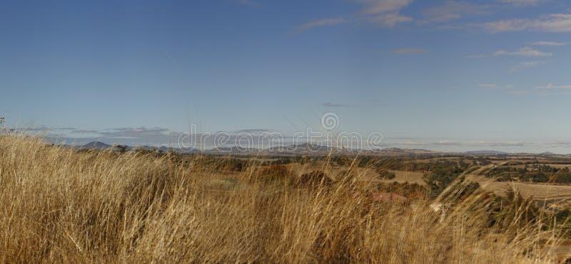 vues panoramiques de ferme sinistrée herbeuse sèche photos stock