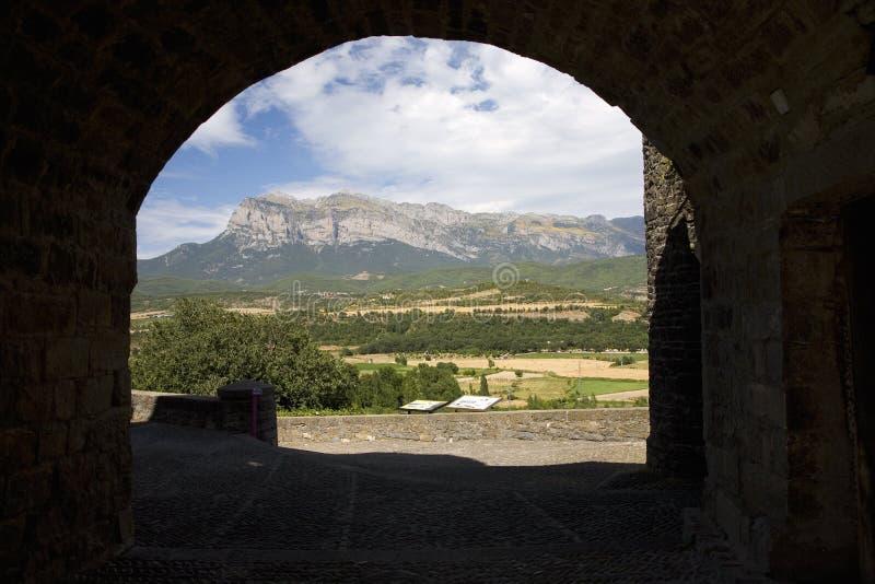 Vues rapides de sommet de Cinca et d'Ara Rivers d'Ainsa, Huesca, Espagne en montagnes de Pyrénées, une vieille ville murée près d image stock