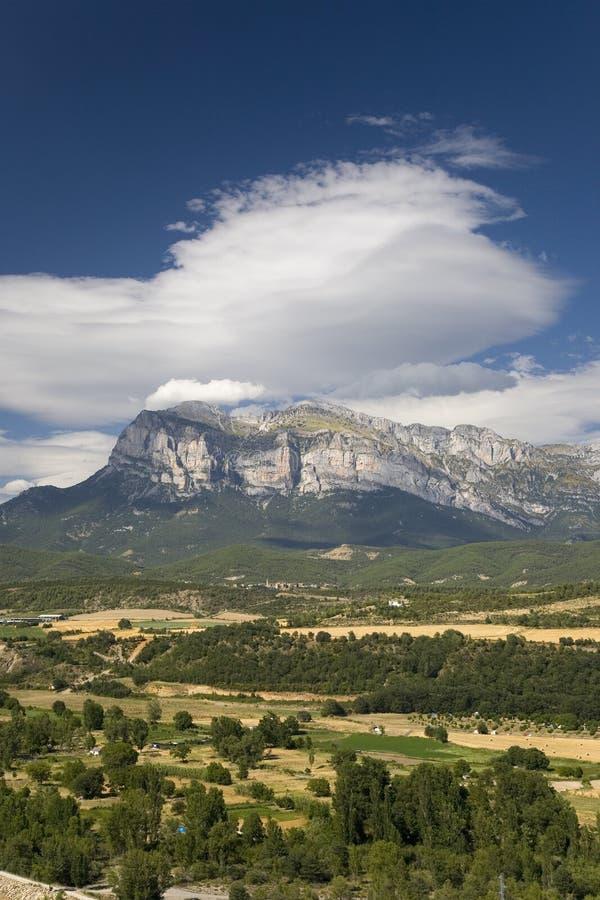 Vues rapides de sommet de Cinca et d'Ara Rivers d'Ainsa, Huesca, Espagne en montagnes de Pyrénées, une vieille ville murée près d photos stock