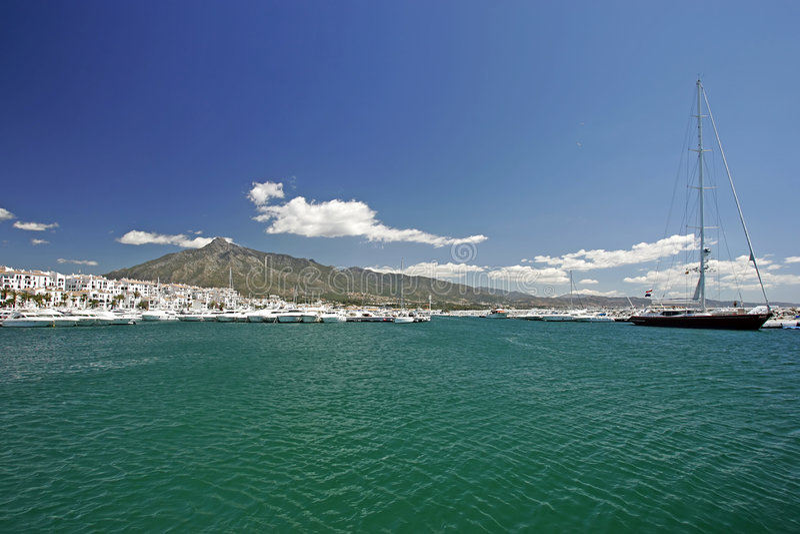 Vues renversantes d'horizontal à travers les eaux claires du port ou du port en Espagne image libre de droits