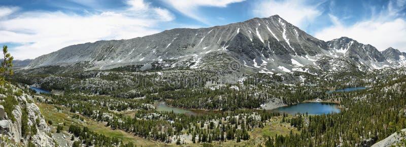 Vues rewarding de peu de lacs de vallée photo libre de droits