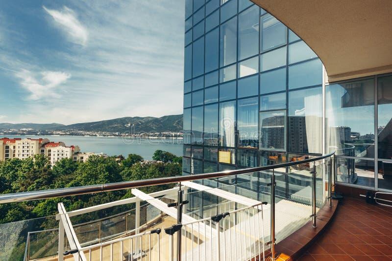 Vues scéniques des montagnes et de la mer du balcon ou de la terrasse photographie stock libre de droits