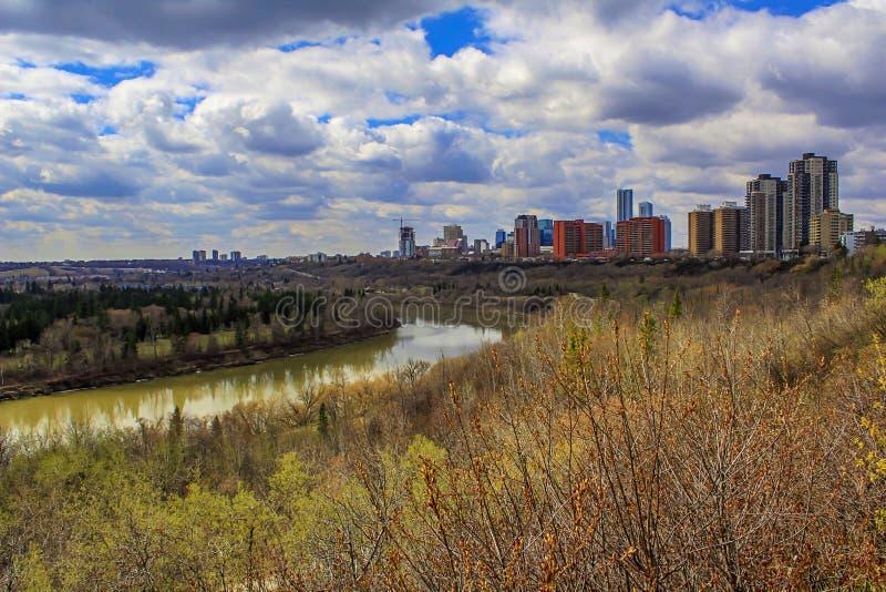 Vues vibrantes de River Valley de printemps photo stock
