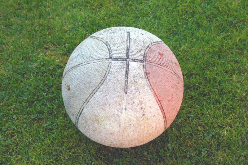 Download Vuil Basketbal stock foto. Afbeelding bestaande uit gras - 278862