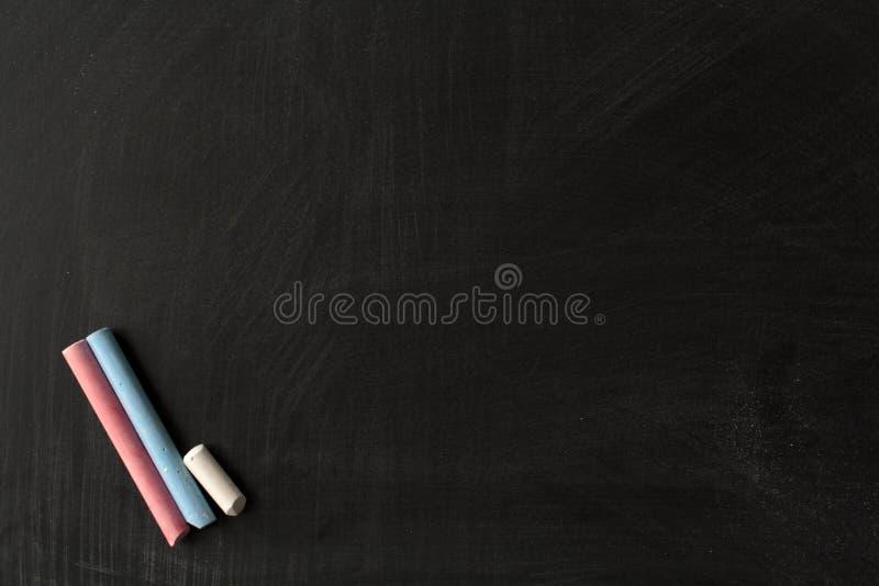 Vuil bord en gekleurd krijt stock afbeeldingen