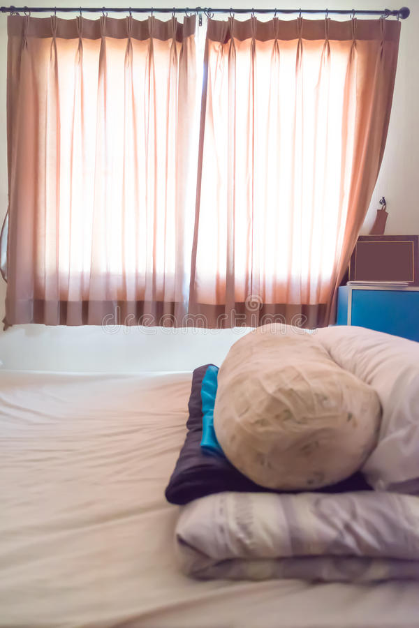 Vuil hoofdkussen van speekselvlek op slaapkamer stock afbeelding