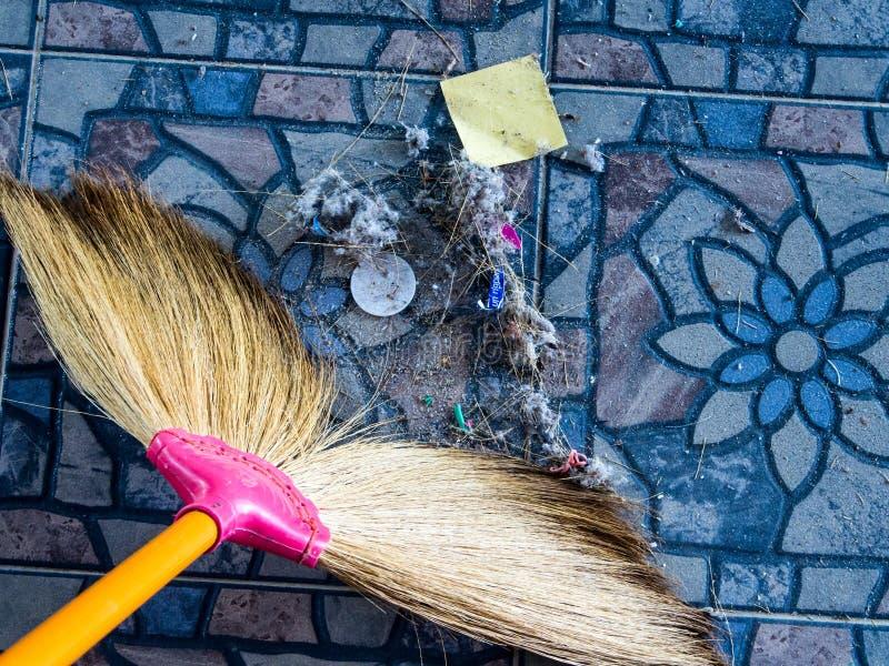 Vuil, huisvuilstortplaats, door het schone die huis wordt veroorzaakt te vegen royalty-vrije stock afbeeldingen