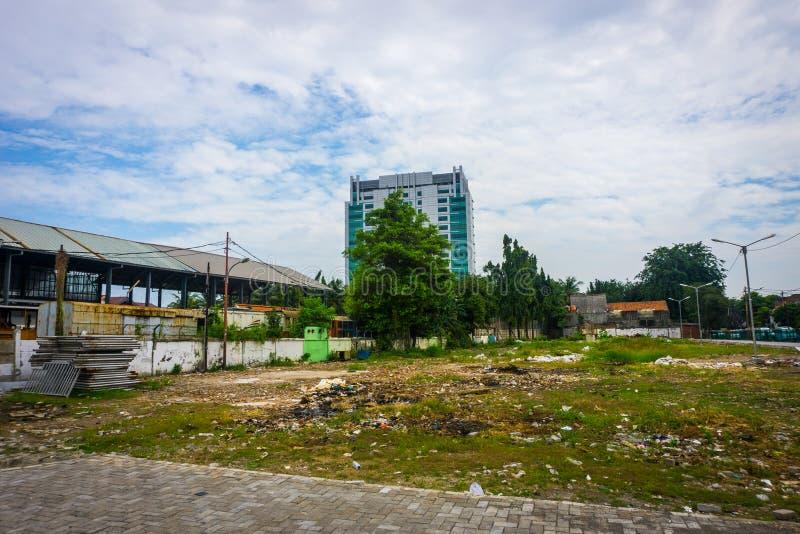 Vuil leeg park met afval en bewolkte hemel als foto als achtergrond die in Tanah Abang Djakarta Indonesië wordt genomen royalty-vrije stock afbeelding