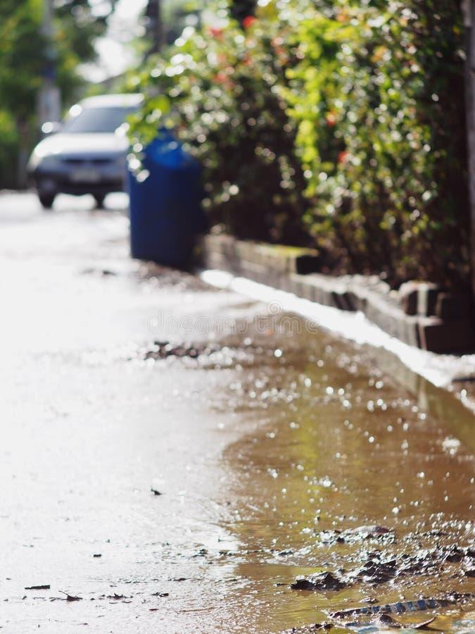 Vuil modderig vuil en giftig water die na overstroming in stad rusten stock afbeeldingen