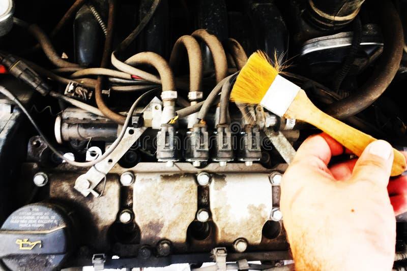 Vuil motorvoertuig met borstel stock afbeelding