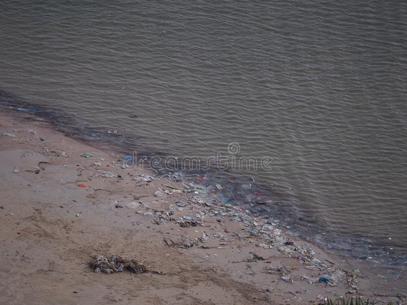 Vuil Pattaya-strand van gatbage en Residu's, Thailand stock afbeelding