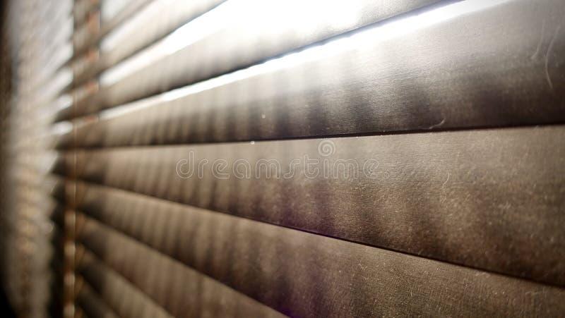 Vuil in stofvlekken horizontaal op close-up van venster het houten zonneblinden niet goed indien voor gezond, om het schoon te ma royalty-vrije stock foto