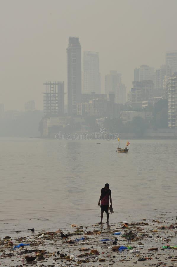 Vuil verontreinigd strand in Mumbai, India stock afbeelding