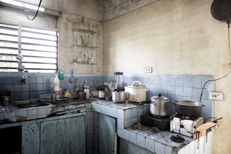Vuile donkere keuken in een oude beggar& x27; s huis Onverbiddelijke abstracte sce stock foto