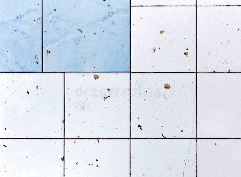 Vuile en onhygiënische witte en blauwe vierkante badkamers en keukentegels stock foto
