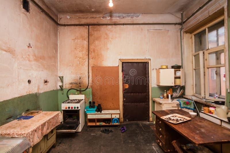 Vuile keuken voor vluchtelingen in de tijdelijke flat voor het leven bestaan royalty-vrije stock fotografie