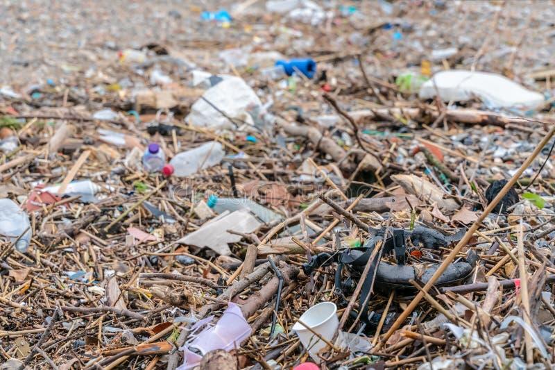 Vuile overzeese kust De accumulatie van plastic voorwerpen in het milieu van de Aarde beïnvloedt ongunstig het wild en mensen royalty-vrije stock fotografie