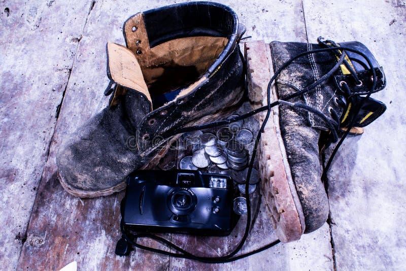 Vuile schoenen en handcamera royalty-vrije stock afbeelding