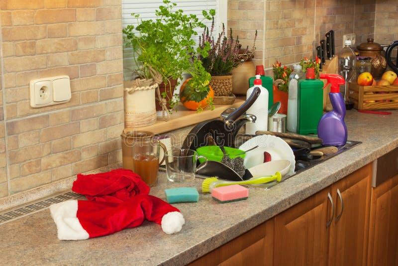 Vuile schotels in de gootsteen na familievieringen Huis die de keuken schoonmaken Volgestopte schotels in de gootsteen housework stock foto