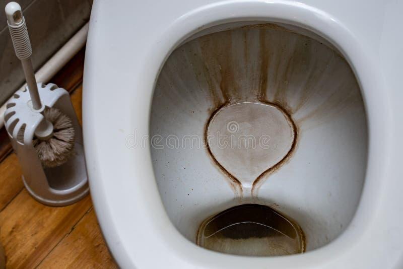Vuile toilet en borstel royalty-vrije stock afbeeldingen
