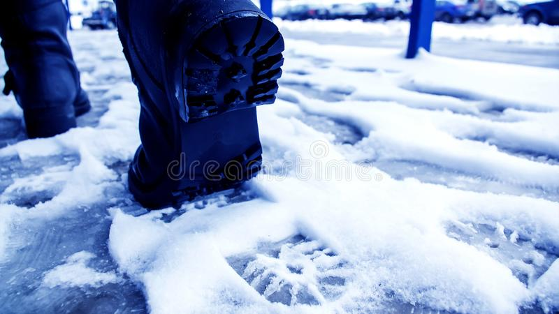 Download Vuile Voetafdrukken In De Sneeuwwinter Spoor Van Laarzen Op Tra Stock Afbeelding - Afbeelding bestaande uit seizoen, drukken: 107701459