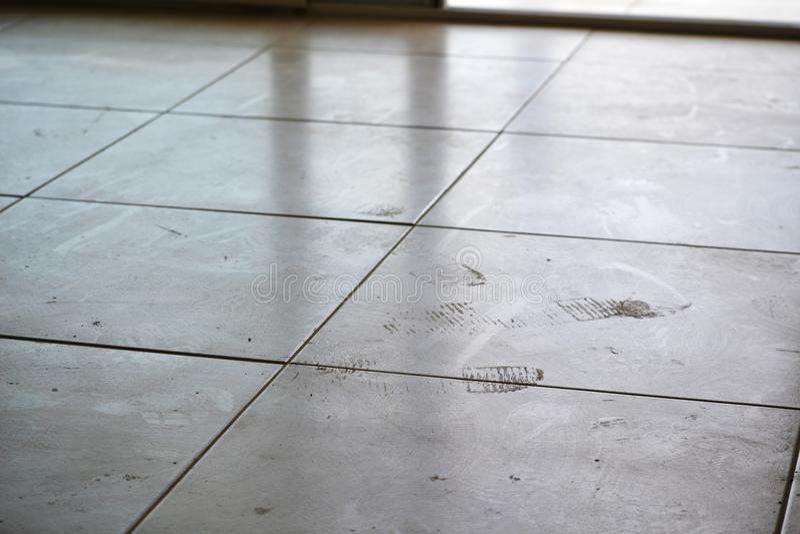 Vuile voetafdrukken op de vloer royalty-vrije stock afbeeldingen